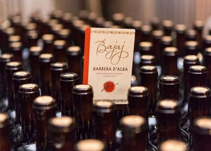 Bottiglie di vino della cantina Bajaj nel Roero